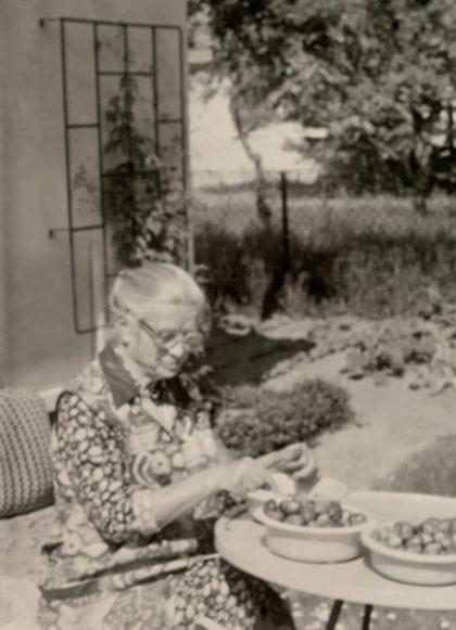 Oma putzt Erdbeeren